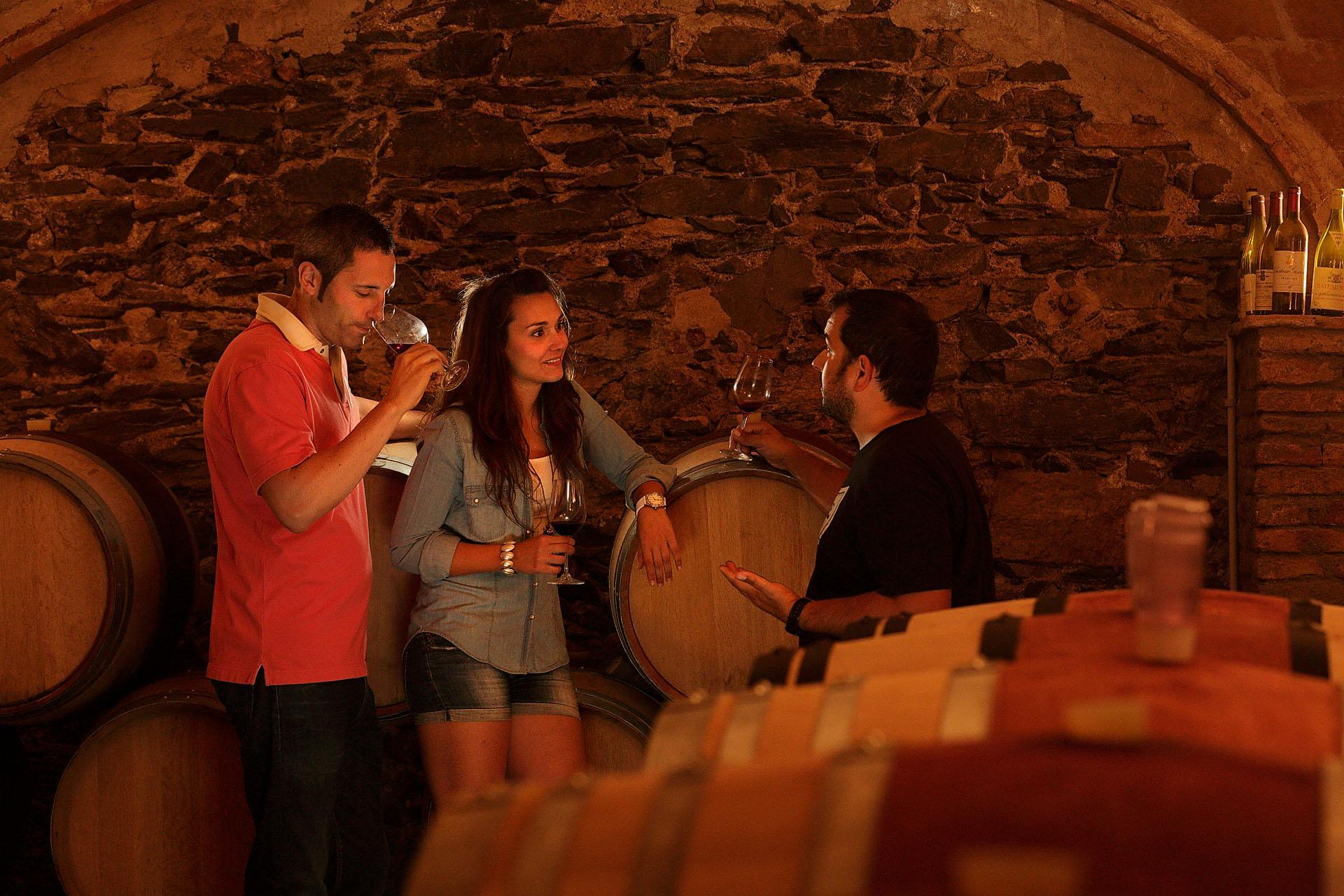 Enoturisme. Celler Saó del Coster, del viticultor Fredi Torres.  DOQ Priorat. Gratallops, Priorat, Tarragona Models: Lorena Chabuch i Wiily Marcé